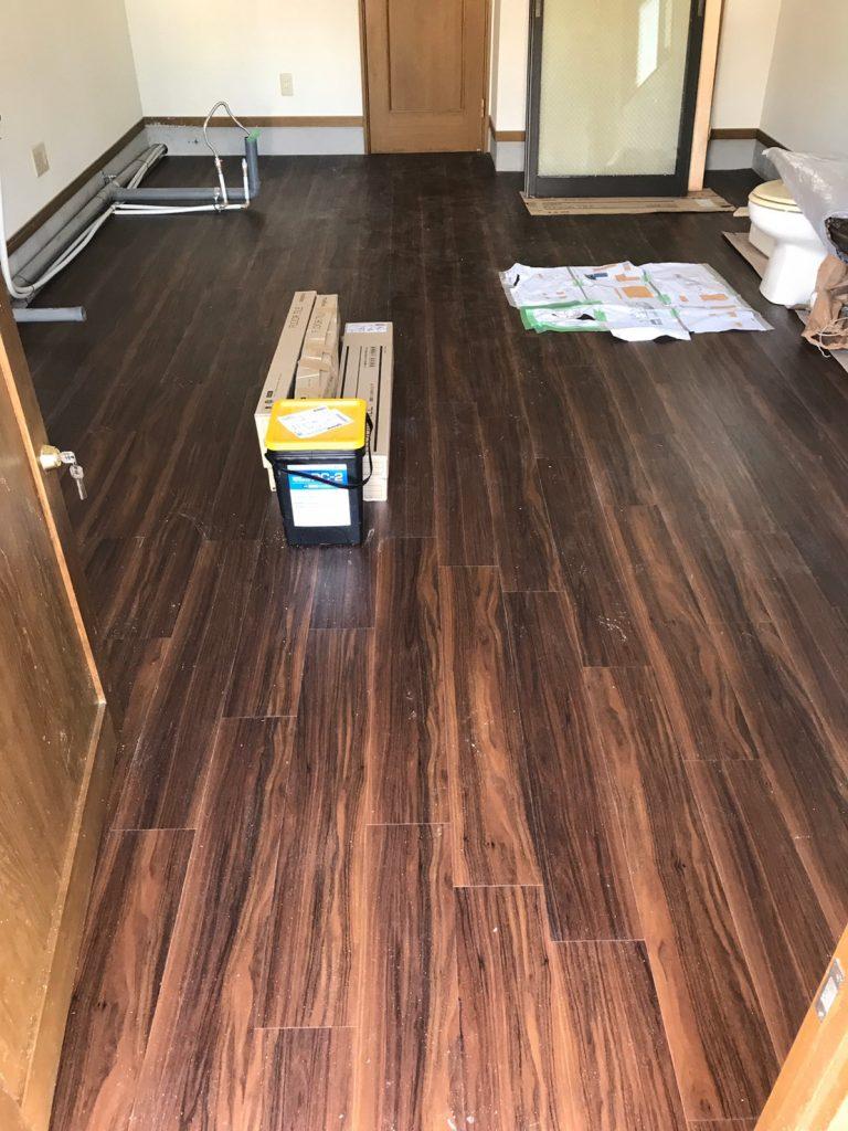 東京都八王子市のアパートにて床・天井のリフォーム工事