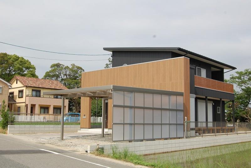 通常のポリカ屋根仕様の耐風強度よりも強い『折板屋根ガレージ』。 明るさを確保しつつ、サイドパネルで視界をカット。