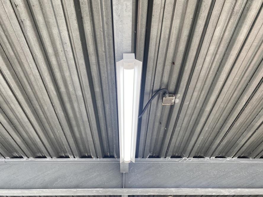 三重県四日市市商業施設駐車場にて照明器具取替の電気工事